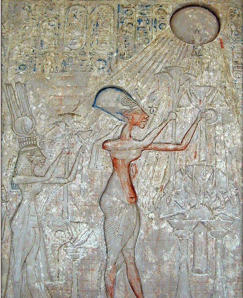 Фараон Эхнатон со своей семьёй совершают подношения Атону. Атон представлен солнечным диском с лучами, заканчивающимися ладонями